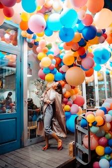 Frau mit bunten luftballons