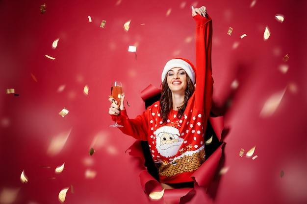 Frau mit champagner unter konfetti