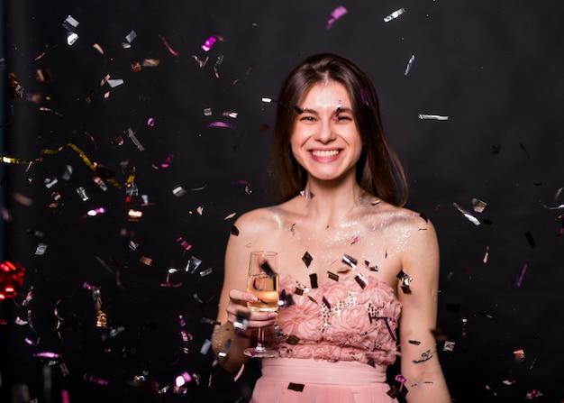 Frau mit champagnerglas unter pailletten