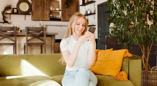 Frau mit dating-app auf ihrem handy. verwenden von sozialen medien, spielen von handyspielen, sms.
