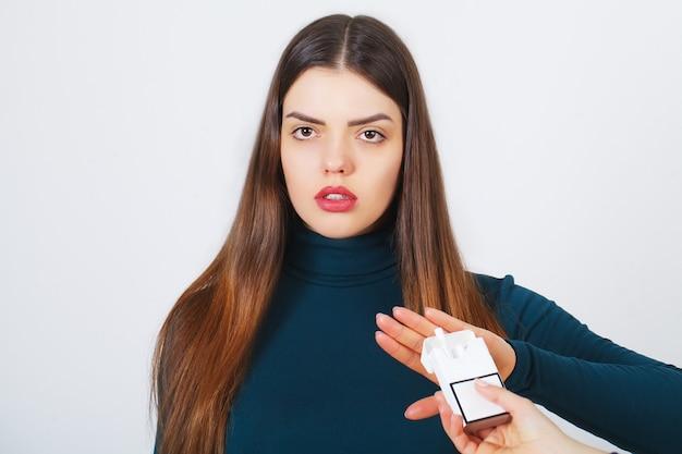 Frau mit defekter zigarette