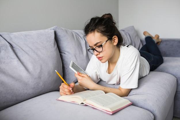 Frau mit dem e-reader, der anmerkungen im buch macht