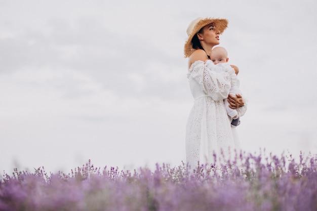 Frau mit dem kleinen sohn in einem lavendelfeld