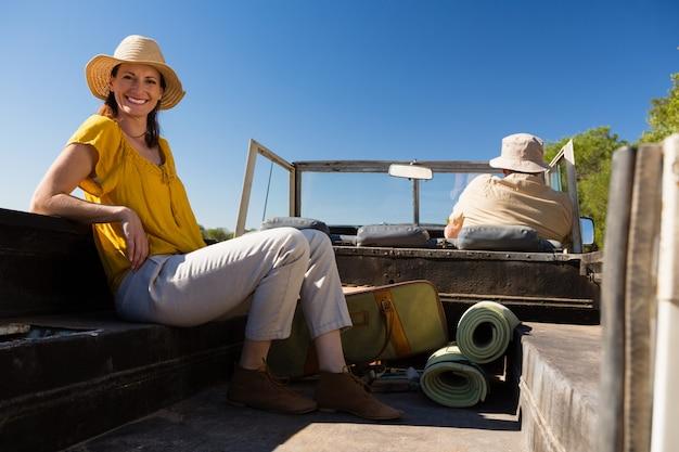 Frau mit dem mann, der im fahrzeug sich entspannt