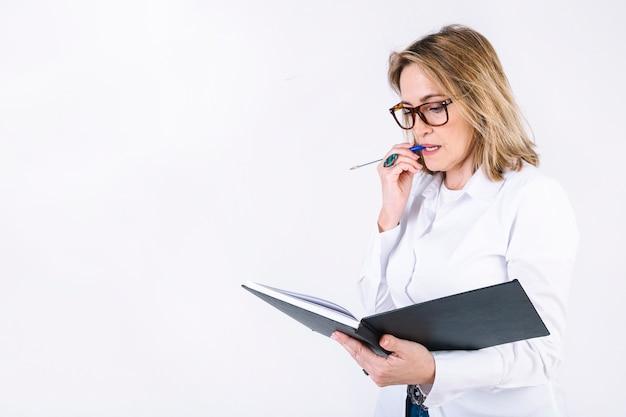 Frau mit dem notizbuch, das über problem denkt