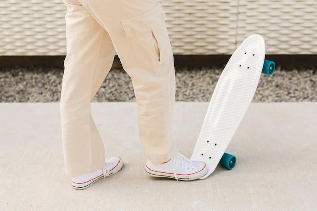 Frau mit dem skateboard im freien