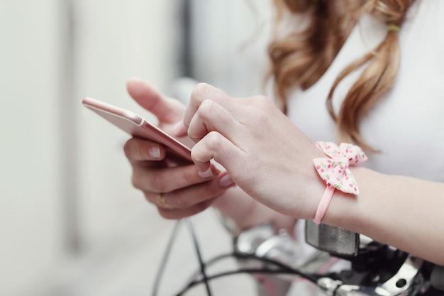 Frau mit dem smartphone