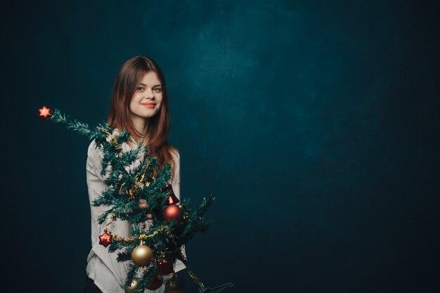 Frau mit dem weihnachtsbaum, der aufwirft