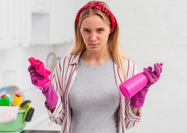 Frau mit den handschuhen, die hausarbeit erledigen