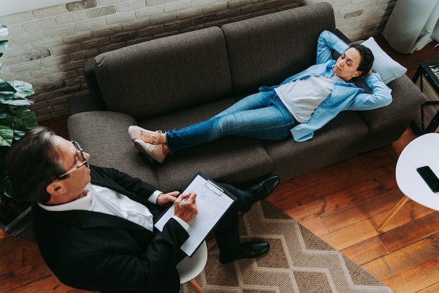 Frau mit depressionen und beziehungsproblemen - psychoterapist studio, psychologin auf einer sitzung mit patient