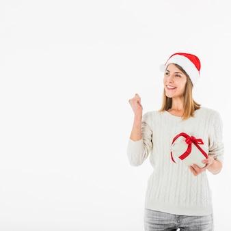 Frau mit der Geschenkbox, die Faust zeigt