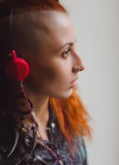 Frau mit der hälfte rasierte kopf musik hören