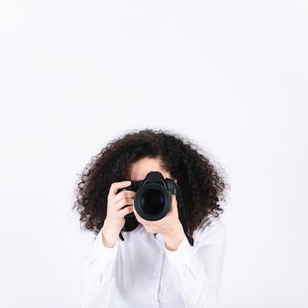Frau mit der kamera, die fotos macht