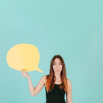 Frau mit der spracheluftblase, die zunge zeigt
