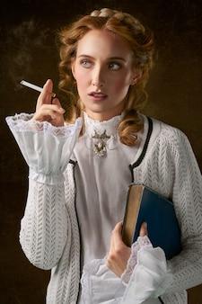 Frau mit der zigarette, die ein buch anhält