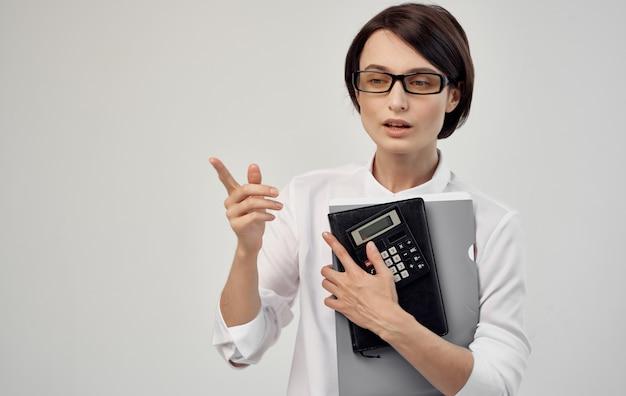 Frau mit dokumenten in der hand und mit brille beschnittene ansicht.