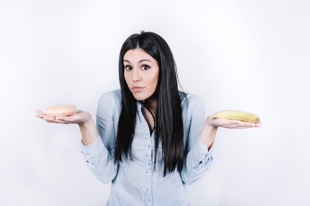 Frau mit donut und banane