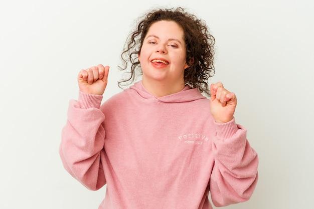 Frau mit down-syndrom isoliert feiert einen sieg, leidenschaft und begeisterung, glücklichen ausdruck.
