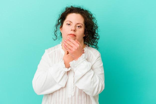 Frau mit down-syndrom isoliert leidet schmerzen im hals aufgrund eines virus oder einer infektion