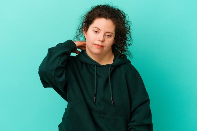 Frau mit down-syndrom isoliert mit nackenschmerzen aufgrund von stress, massieren und berühren mit der hand.