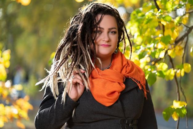 Frau mit dreadlocks draußen im herbst, jugendkulturkonzept