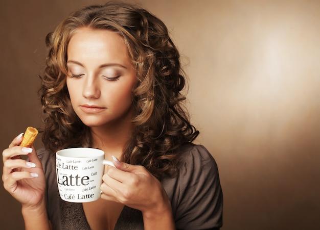 Frau mit einem aromatischen kaffee in den händen
