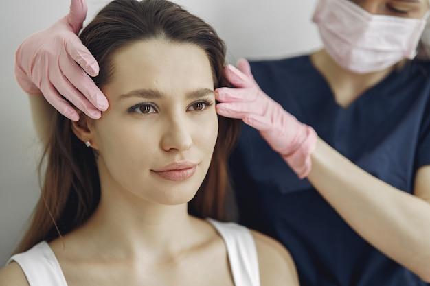 Frau mit einem arzt im kosmetikstudio