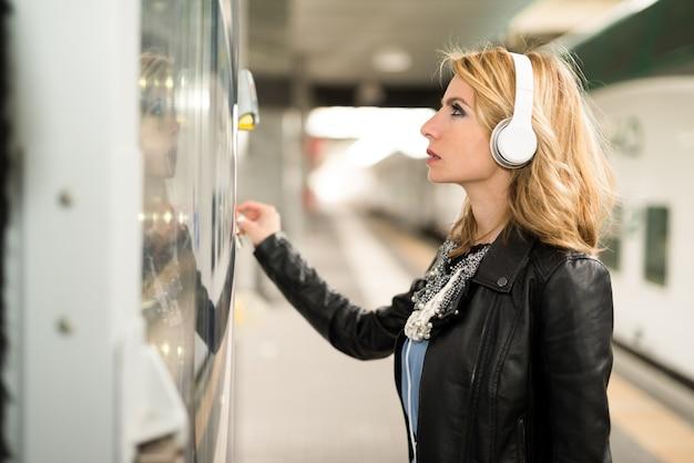 Frau mit einem automaten