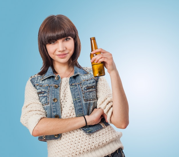 Frau mit einem bier