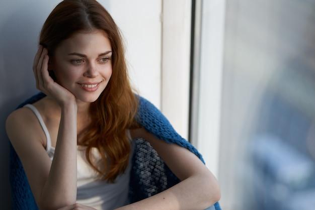 Frau mit einem blau karierten restmorgenlächeln zu hause