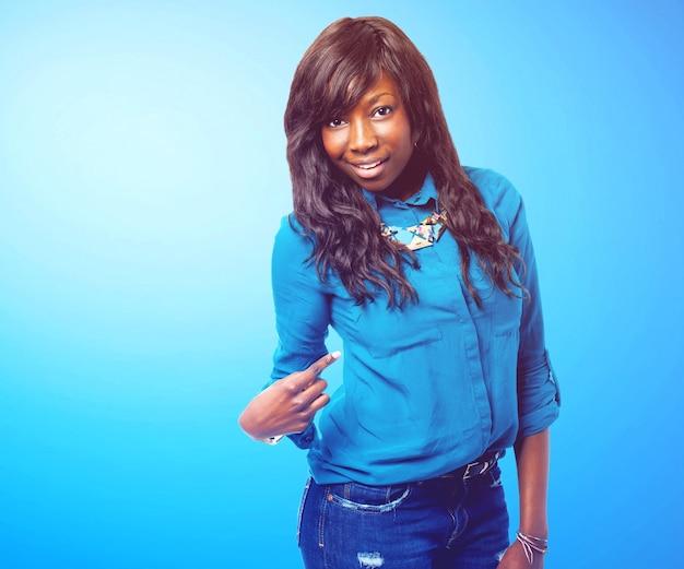 Frau mit einem blauen hintergrund aufwirft
