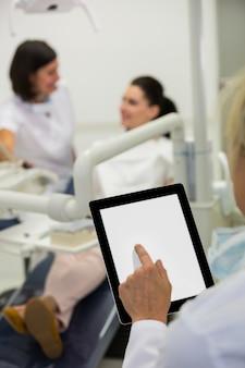 Frau mit einem digitalen tablet