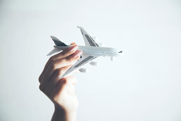 Frau mit einem flugzeugmodell in der hand