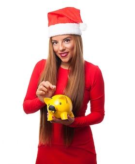 Frau mit einem gelben sparschwein