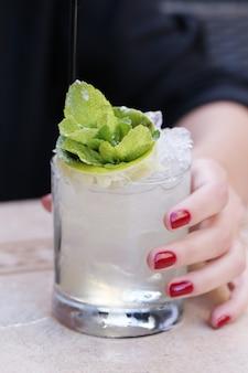 Frau mit einem getränk