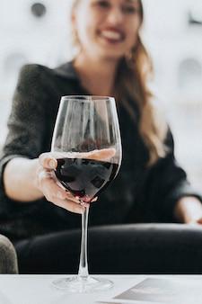 Frau mit einem glas rotwein