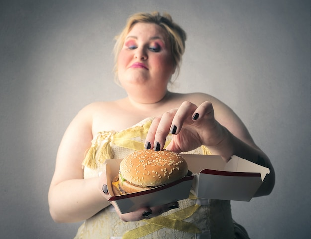 Frau mit einem großen hamburger