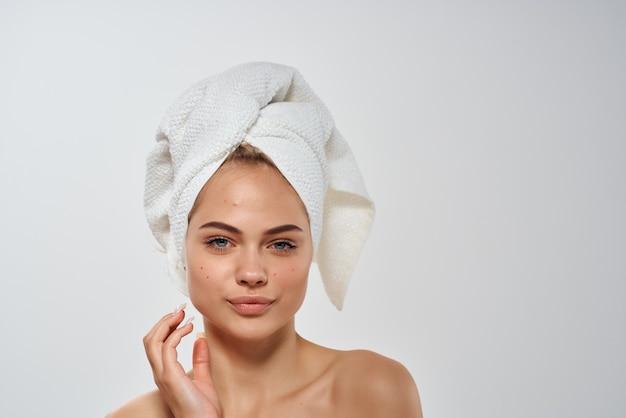 Frau mit einem handtuch auf dem kopf gesichtshautprobleme hygiene