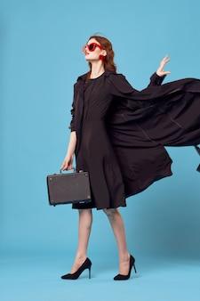 Frau mit einem kleinen koffer