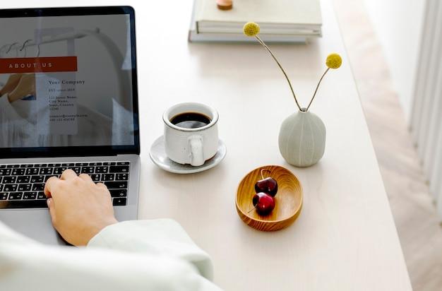 Frau mit einem laptop auf einem holztisch