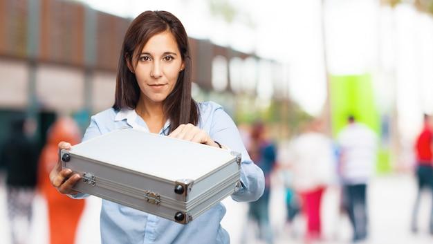 Frau mit einem metallkoffer