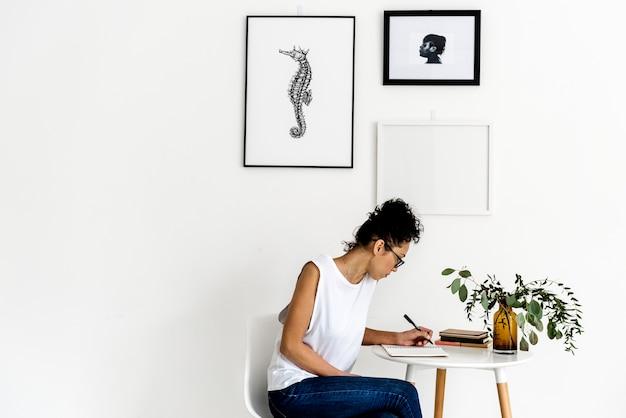 Frau mit einem notizbuch auf dem tisch