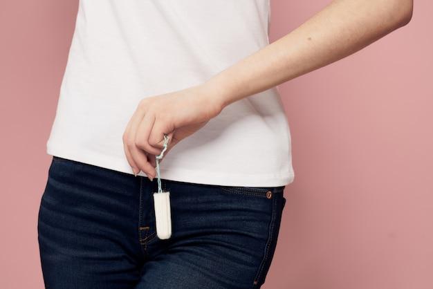 Frau mit einem pad in den händen, damenbinden und tampons, frauentage