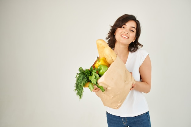 Frau mit einem paket lebensmittel gesunde lebensmittel einkaufen