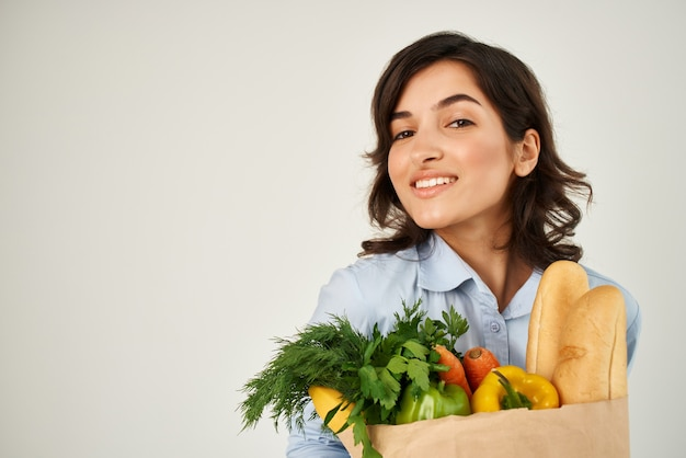 Frau mit einem paket lebensmittel hausfrau lieferservice