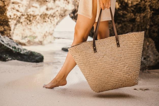 Frau mit einem rock, der mit ihrer tasche während des tages geht