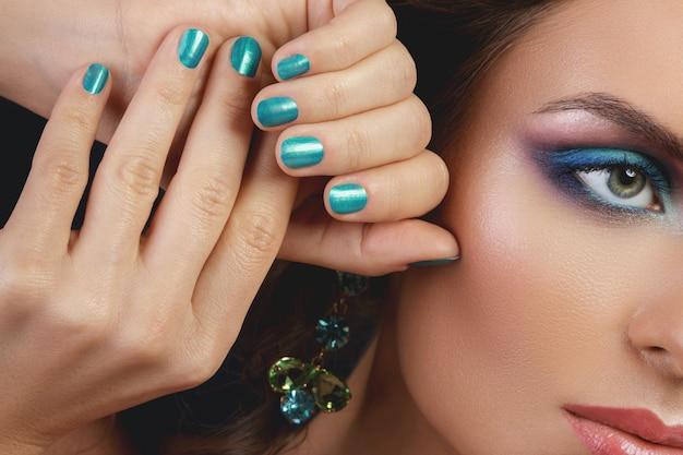 Frau mit einem schönen make-up und maniküre