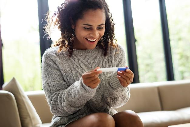 Frau mit einem schwangerschaftstest