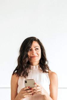 Frau mit einem smartphone in einem raum