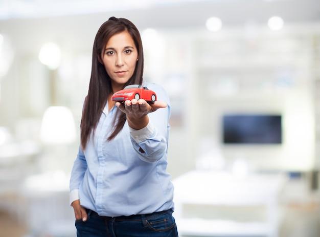 Frau mit einem spielzeugauto
